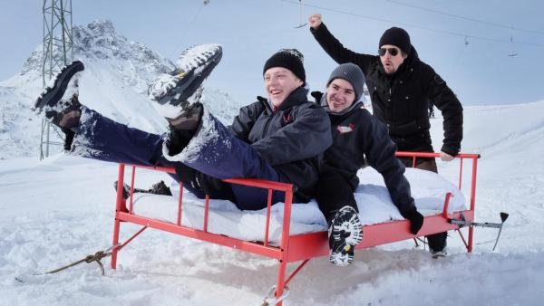 """Tommy, Leopold und Kenneth auf dem """"Draußen schlafen""""-Bett im Schnee   Rechte: ZDF"""