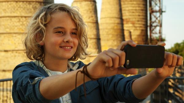 Moritz (Michael Sommerer) filmt für sein Schulprojekt und entdeckt bald, was ihn wirklich interessiert: nicht die toten Gebäude, sondern das Leben der Menschen darin. | Rechte: ZDF/Conny Klein
