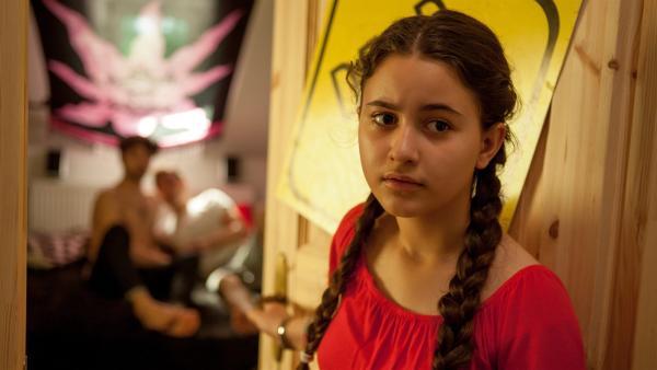 Rüyet (Sura Demir) ist entsetzt über ihre Entdeckung: Ihr Bruder Boran (Cem Yilmaz) ist schwul! | Rechte: ZDF/Conny Klein