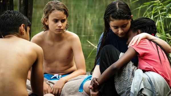 Moritz (Michael Sommerer), Rüyet (Sura Demir) und Yassir (Julius Göze) erfahren von Aminatas (Jodyna Basombo) Schicksal. Sie hat bei der Flucht über das Meer ihre Mutter verloren. | Rechte: ZDF/Conny Klein