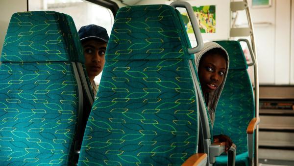 Aminata (Jodyna Basombo) und Yassir (Julius Göze) verfolgen ihre Brüder aus Sorge, dass sie kriminelle Geschäfte machen und sie deswegen aus Deutschland abgeschoben werden. | Rechte: ZDF/Conny Klein