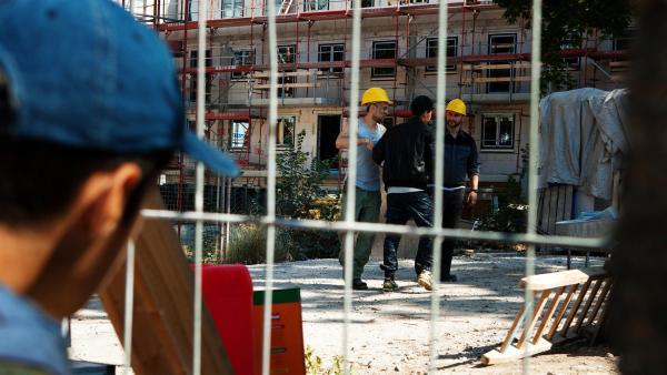 Yassir (Julius Göze) findet heraus, dass sein großer Bruder Sinan (Mohamed Issa) illegal auf einer Baustelle arbeitet. Droht seiner Familie deswegen die Abschiebung aus Deutschland? | Rechte: ZDF/Conny Klein
