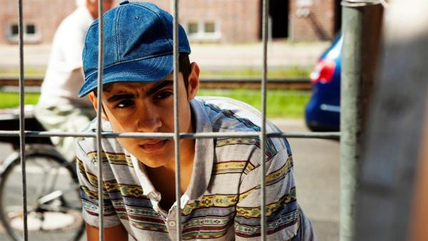 Yassir (Julius Göze) findet heraus, dass sein großer Bruder illegal auf einer Baustelle arbeitet. Droht seiner Familie deswegen die Abschiebung aus Deutschland? | Rechte: ZDF/Conny Klein