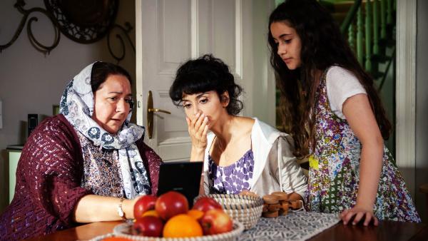 Das große Geheimnis, das Rüyet (Sura Demir) mit ihrem Bruder teilt, fliegt auf: Frau Cansel (Hülya Duyar) und Rüyets Mutter (Sascha Özlem Söydan) wissen nun, dass ihre Söhne ein Liebespaar sind. | Rechte: ZDF/Conny Klein