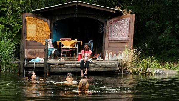 Für die vier Freunde Aminata (Jodyna Basombo), Rüyet (Sura Demir), Yassir (Julius Göze) und Moritz (Michael Sommerer) wird die geheime Waldhütte zu einem zweiten Zuhause. | Rechte: ZDF/Conny Klein