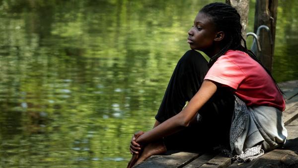 Aminata (Jodyna Basombo) hat Angst vor Wasser, seit sie ihre Mutter bei der Flucht über das Meer verloren hat. | Rechte: ZDF/Conny Klein
