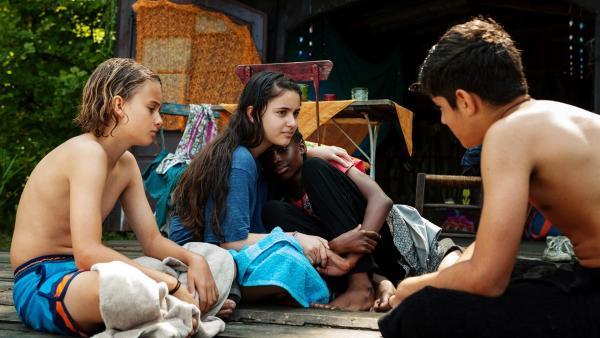Yassir (Julius Göze), Moritz (Michael Sommerer) und Rüyet (Sura Demir) erfahren von Aminatas (Jodyna Basombo) Schicksal. Sie hat bei der Flucht über das Meer ihre Mutter verloren. | Rechte: ZDF/Conny Klein