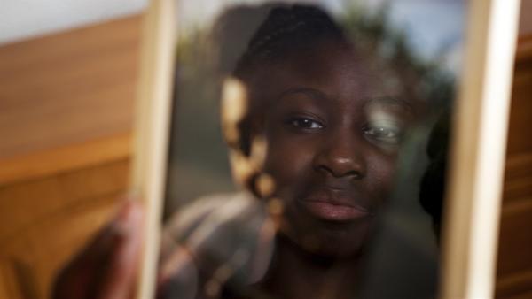 Aminata (Jodyna Basombo) trauert um ihre Mutter, die sie bei der Flucht übers Meer verloren hat. | Rechte: ZDF/Conny Klein