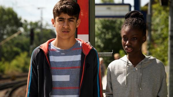 Aminata (Jodyna Basombo) und Yassir (Julius Göze) verbindet die Sorge, dass ihre großen Brüder kriminelle Geschäfte machen und sie deswegen aus Deutschland abgeschoben werden. | Rechte: ZDF/Conny Klein