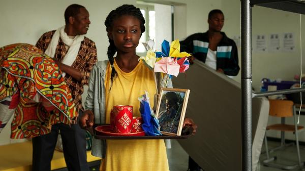 Aminata (Jodyna Basombo) trauert um ihre Mutter, die sie auf der Flucht aus der Heimat verloren hat. | Rechte: ZDF/Conny Klein