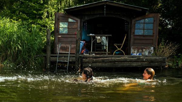 Für die Freunde Rüyet (Sura Demir) und Moritz (Michael Sommerer) wird die verlassene Hütte zu einem idyllischen Rückzugsort. | Rechte: ZDF/Conny Klein