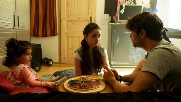 Rüyet (Sura Demir) fällt es schwer zu akzeptieren, dass ihr großer Bruder Boran (Cem Yilmaz) schwul ist. | Rechte: ZDF/Conny Klein