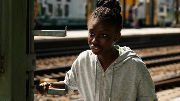 Aminata (Jodyna Basombo) verfolgt ihren großen Bruder um herauszufinden, ob er kriminelle Geschäfte macht. Sie hat Angst, deswegen mit der Familie aus Deutschland abgeschoben zu werden. | Rechte: ZDF/Conny Klein