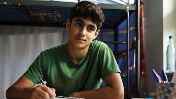 Yassir (Julius Göze) hat Sehnsucht nach seiner Mutter, die in der Heimat in Syrien geblieben ist.   Rechte: ZDF/Conny Klein