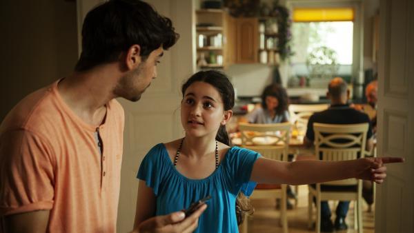 Das große Geheimnis, das Rüyet (Sura Demir) und ihr Bruder Boran (Cem Yilmaz) teilen, fliegt auf: Gleich wissen alle, dass Boran schwul ist. | Rechte: ZDF/Conny Klein