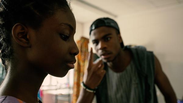 Youssouph (Sylvain Mabe) ermahnt seine Schwester Aminata (Jodyna Basombo), das große Familiengeheimnis nicht zu verraten. Sonst droht ihnen die Abschiebung aus Deutschland. | Rechte: ZDF/Conny Klein