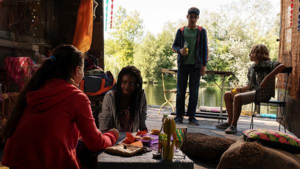 Rüyet (Sura Demir), Yassir (Julius Göze) und Moritz (Michael Sommerer) beschließen, sich für Aminatas (Jodyna Basombo) Bleiberecht in Deutschland stark zu machen. | Rechte: ZDF/Conny Klein