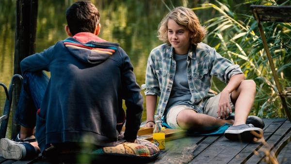 Moritz (Michael Sommerer) ahnt, dass sein Freund Yassir (Julius Göze) heimlich für Aminata schwärmt. | Rechte: ZDF/Conny Klein
