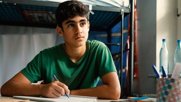 Yassir (Julius Göze) hat Sehnsucht nach seiner Mutter, die in der Heimat in Syrien geblieben ist | Rechte: ZDF/Conny Klein