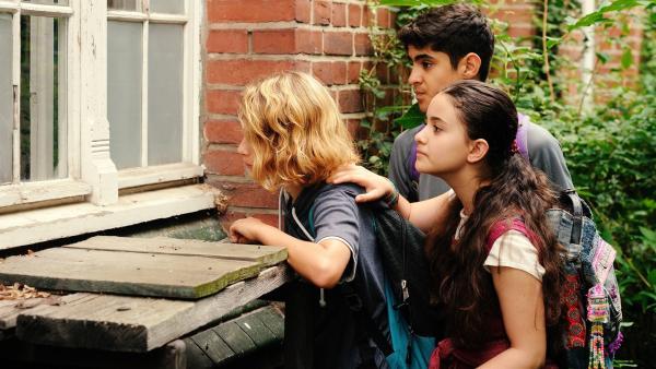 Moritz (Michael Sommerer), Rüyet (Sura Demir) und Yassir (Julius Göze) beobachten mit Genugtuung, wie der Brandstifter Jannik zur Rechenschaft gezogen wird.   Rechte: ZDF/Conny Klein