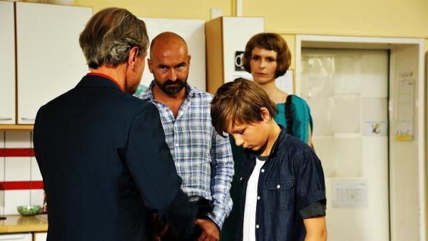 Brandstifter Jannik (Emil Pai Pötschke) wird vom Direktor zur Rechenschaft gezogen.   Rechte: ZDF/Conny Klein