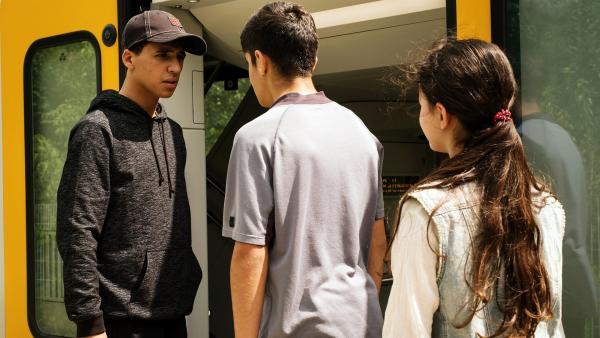 Mit Hilfe von Rüyet (Sura Demir) stellt Yassir (Julius Göze) seinen Bruder Sinan (Mohamed Issa) zur Rede, der illegal auf einer Baustelle arbeitet. | Rechte: ZDF/Conny Klein