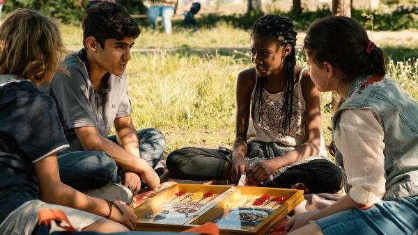 Bald sind die vier Freunde Moritz, Yassir, Aminata und Rüyet (Michael Sommerer, Julius Göze, Jodyna Basombo, Sura Demir) allesamt im Flüchtlingsheim gestrandet. | Rechte: ZDF/Conny Klein