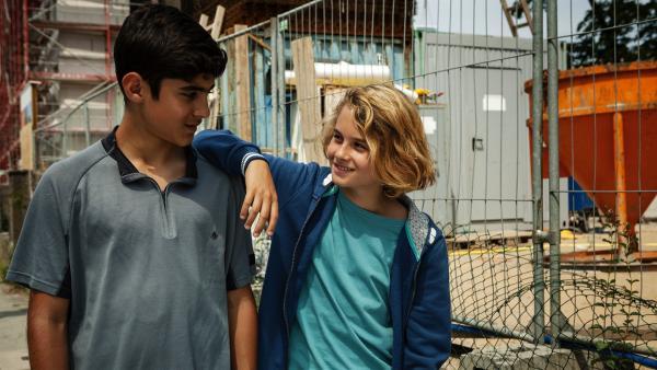 Moritz (Michael Sommerer) muntert Yassir (Julius Göze) auf, der sich mutig gegen die Schwarzarbeit seines Bruders stark gemacht hat.   Rechte: ZDF/Conny Klein