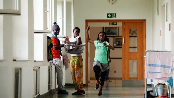 Ein großes Glück für Aminata (Jodyna Basombo): Sie hat erfahren, dass ihre tot geglaubte Mutter lebt!   Rechte: ZDF/Conny Klein