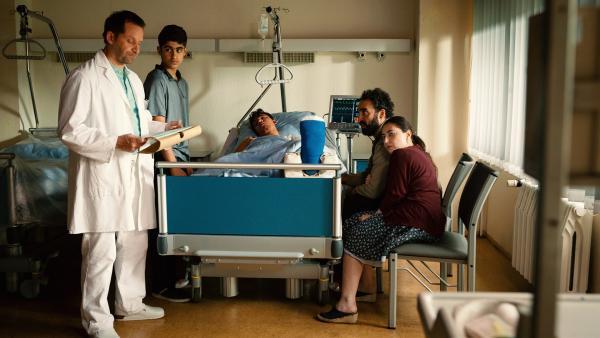 Nach einem Unfall auf der Baustelle landet Yassirs Bruder Sinan (Mohamed Issa) im Krankenhaus. Yassir (Julius Göze), sein Vater (Samir Fuchs) und dessen Freundin (Tatiana Walmon) machen sich Sorgen.   Rechte: ZDF/Conny Klein