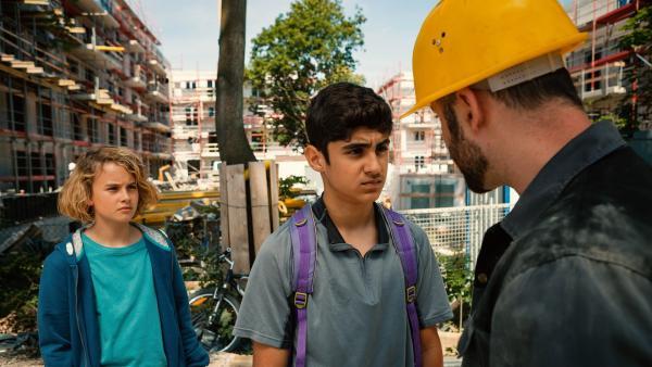 Mit Hilfe von Moritz (Michael Sommerer) stellt Yassir (Julius Göze) den Vorarbeiter (Nicolas Szent) wegen Sinans Schwarzarbeit zur Rede. | Rechte: ZDF/Conny Klein