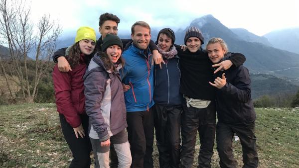 Wildniscoach Tobi und die sechs Abenteurer sind ein starkes Team. | Rechte: hr/E+U TV Film- und Fernsehproduktion