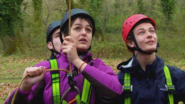 Wildniscoach Tobi fordert die Jugendlichen mit einer außergewöhnlichen Aktion heraus: Ein 40 Meter hoher Baumriese muss erklettert werden! | Rechte: hr/E+U TV Film- und Fernsehproduktion