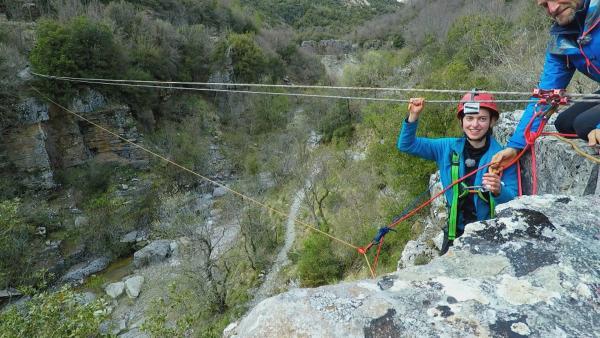 Das Team muss über eine wackelige Seilbrücke den Fluss überqueren.   Rechte: hr/E+U TV Film- und Fernsehproduktion