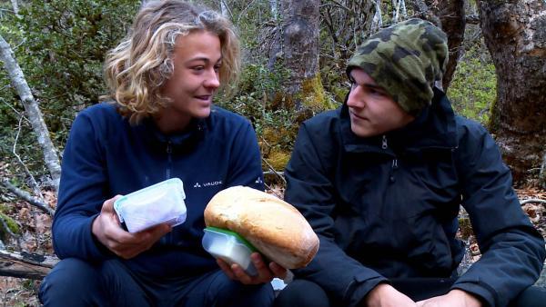 Die Jungs freuen sich über das leckere Frühstück. | Rechte: hr/E+U TV Film- und Fernsehproduktion