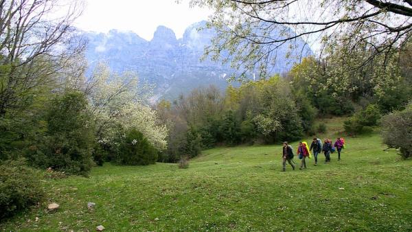 Das Team wandert durch eine wunderschöne Landschaft. | Rechte: hr/E+U TV Film- und Fernsehproduktion