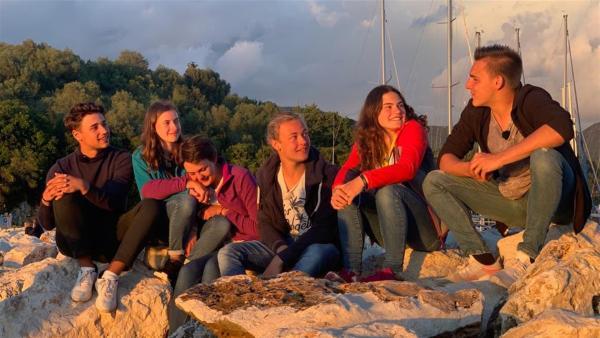 Das Team genießt den letzten Abend. | Rechte: hr/E+U TV Film- und Fernsehproduktion