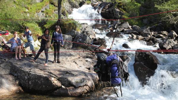 haben die Abenteurer an ein Seil gebunden, damit sie nicht nass werden.    Rechte: KiKA/ HR