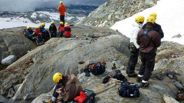 Die Jugendlichen auf Felsen am Rande eines Gletschers | Rechte: KiKA/ HR