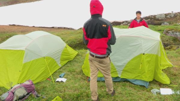 Die Abenteurer dürfen fast überall ihr Zelt aufschlagen.   Rechte: KiKA