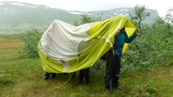 Ein Zelt in der Wildnis, Jugendliche nutzen es als Regenschutz   Rechte: KiKA/ HR