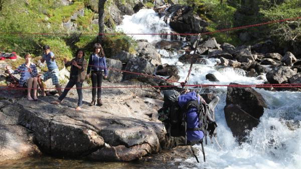 V. l. n. r.: Philip, Freddie, Kimberly und Leonie müssen einen Fluss durchqueren. | Rechte: hr/E+U TV Film- und Fernsehproduktion