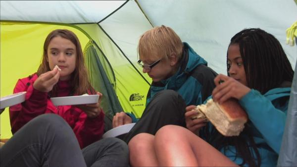 Die Abenteurer stärken sich im Zelt. | Rechte: hr/E+U TV Film- und Fernsehproduktion