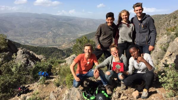 Die Belohnung für anstrengende Wanderungen sind wunderbare Ausblicke und tolle Team-Momente. v.l.n.r.: Konrad, Dominic, Jessi, Luissa, Marie und Justus | Rechte: hr/EundU TV