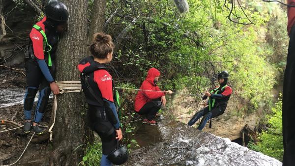 Heute heißt es für die Sechs Abenteurer rein ins Wasser und furchtlos einen Wasserfall hinunter klettern. | Rechte: hr/E+U TV Film- und Fernsehproduktion