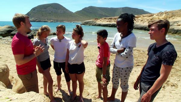 Endlich am Meer. Die Sechs können es gar nicht erwarten, endlich ins Wasser zu springen. Aber die Aufgabe, die es zu lösen gilt, ist schwerer als gedacht. | Rechte: hr/E+U TV Film- und Fernsehproduktion
