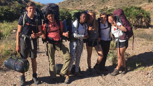 Die sechs Abenteurer durchwandern die Wildnis der südspanischen Sierra Nevada. Das ist ganz schön anstrengend. | Rechte: hr/E+U TV Film- und Fernsehproduktion