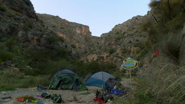 Wer draußen unterwegs ist, braucht ein geeignetes Zelt.    Rechte: KiKA/ HR