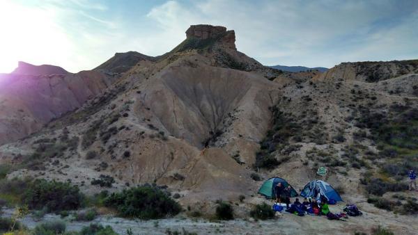 Unsere Abenteurer sind immer noch in der Wüste unterwegs. In den letzten Tagen hast du gesehen, dass die Hitze ganz schön gefährlich werden kann. | Rechte: KiKA/ HR