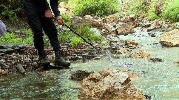 Klares Wasser löst groben Dreck und die Klamotten sind wieder frisch. | Rechte: KiKA/ HR